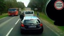 Un conducteur qui jette ses dechets par la fenetre va recevoir une leçon