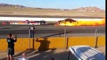 VÍDEO: un coche con motor a reacción abrasa a otro detrás