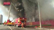 Les images impressionnantes d'un incendie dans un centre d'hébergement à Saint-Denis