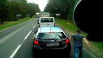 Un routier réprimande un automobiliste qui jette ses poubelles par la fenêtre