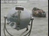 Thuyền nhân trên một ghe nhỏ vượt biên từ miền Bắc Việt Nam khi đến được hải phận Hong Kong khoảng năm 1989