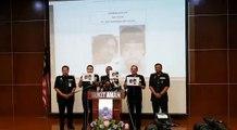 Ketua Polis Negara, Tan Sri Mohamad Fuzi Harun menunjuk satu daripada dua gambar suspek yang menembak mati pensyarah UniKL BMI, Dr Fadi M R Albatsh Fatma pada s