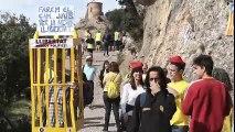 Una cadena humana porta les fotografies dels presos polítics i els exiliats al cim del Cavall Bernat, a Montserrat