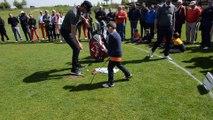 Un enfant s'entraîne au golf devant Thomas Pieters au golf Naxhelet de Wanze