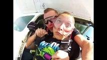 Son dentier se décroche pendant un saut en parachute