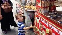 Pauvre gamin traumatisé par un vendeur de glaces... Trop drole