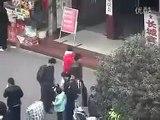 Pogledajte kako ova dva lopova u Kini pljačkaju ljude na ulici. OVAKO NEŠTO JOŠ NISTE VIDJELI!
