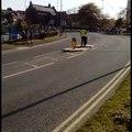Une voiture fonce sur un signaleur pendant le Tour du Yorkshire