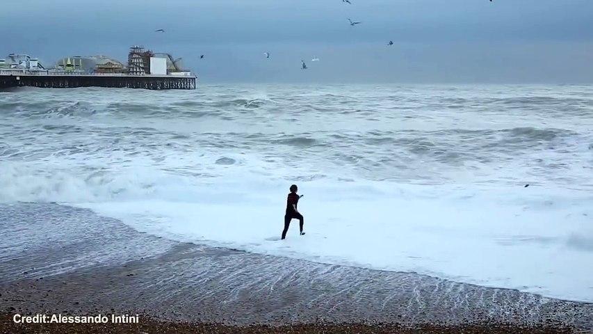 Žena bez razmišljanja skočila u more kako bi spasila psa, ne shvatajući koliko je opasna situacija…