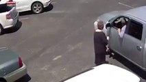 Un voleur arrache violemment le sac à main d'une vieille de 70 ans (Vidéo)