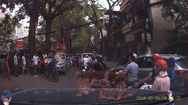 thanh niên Tây chặn đầu, đấm vỡ kính ô tô bán tải đi ngược chiều ở Hà NộI