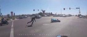 Un motard se prend une énorme gamelle en essayant de fuir en plein road rage