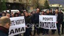 Ora News - Lironi djemtë tanë! Poshtë diktatura! Protestuesit rrethojnë komisariatin e Kukësit