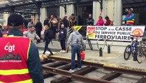 Les cheminots grévistes construisent une voie de chemin de fer devant la gare