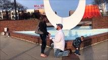 Ce petit garçon qui fait pipi pendant la demande en mariage de son père fait des millions de vues !