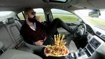 Trafikte pes dedirten görüntü! Bir elinde meyve tabağı ve bir elinde tespih
