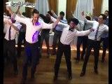 Uruguay'da bir düğün. Gelin İlayda.. Damat Uruguaylı Carlos. Düğünde damat ve arkadaşları Erik Dalı oyununu Latin yorumuyla oynamışlar.