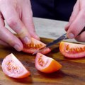 Tomate-Mozzarella mal ganz anders - in einer leckeren Kombi mit Hühnchen! Auf Pinterest merken: http://bit.ly/2KCPnPBHier gibt's das ganze Rezept:
