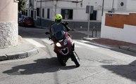 VÍDEO: Conduce una moto de tres ruedas con el carnet B