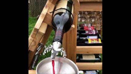 Un génie du bricolage a inventé la chaise à distribuer du vin à volonté