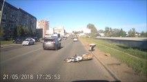 Ce motard tente de doubler en prenant le trottoir et chute lamentablement