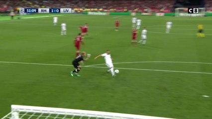 Benzema profite de l'incroyable erreur de Karius pour ouvrir le score