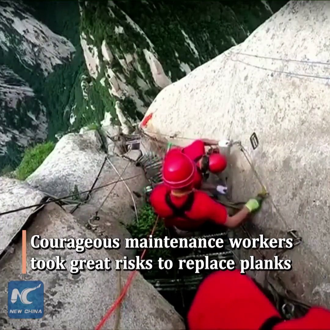 World's most dangerous hiking trail! Daring workers change cliffside planks at Huashan Mountain