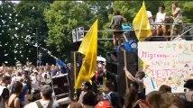 """L'extrême droite défile à Berlin, ses opposants organisent une """"Love parade"""" le même jour"""