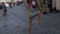 Beau : ce père encourage sa fille a danser dans la rue avec ce musicien au violon !