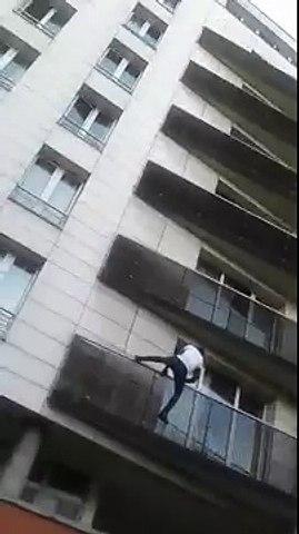 Un Spiderman Malien sauve un enfant à Paris