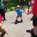 Ce gamin se lance dans une danse incroyable et ses copines en sont folles