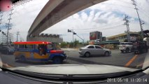 Por andar distraído se llevó por el medio a un motociclista