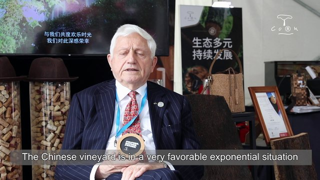 Louis Havaux, honorary president of the CMB, explains the importance of cork stoppers