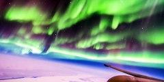 Vol au milieu des aurores boréales