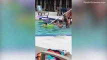 Cette dame profite d'une piscine publique pour se raser les jambes