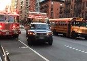 Un conducteur refuse de laisser passer les pompiers ? Le chauffeur du camion lui donne une bonne leçon !