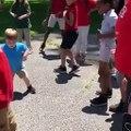 Il danse comme un pro dans la cour d'école !