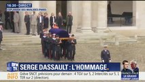 Le cercueil de Serge Dassault arrive dans la cour des Invalides