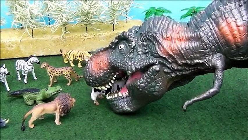 Dinosaur Puppet Toy Attack At The Zoo! Giant Tyrannosaurus Rex Attack Zoo Animals!
