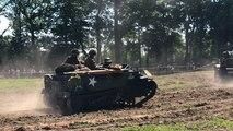 Les véhicules militaires défilent à l'Overlord Museum