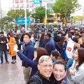 Ibu Linna dan saya di depan Shibuya Station, dekat patung Hachiko ber-selfie video dengan penyeberang Shibuya Crossing yang terkenal itu.Hidup ini memang tida