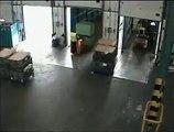Un chauffeur de camion bien débile va provoquer le pire en le chargeant