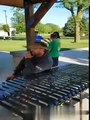 Un enfant qui a rayé des voitures pleure après voir été calmé par un adulte