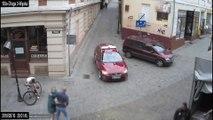 Un cycliste percute un lampadaire à cause d'une voiture