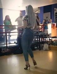Sara López met le feu sur la piste de danse.