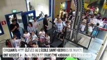 L'Est des écoliers sort de presse sous le regard des enfants de l'école Saint-Georges de Nancy