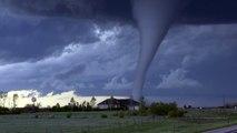 Magnifique formation d'une tornade