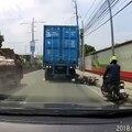 Un motard double un camion par la droite et se fait rouler sur la tête.