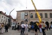 Besançon : Senestrorsum, la grande horloge à balancier réalisée par Philippe Lebru de l'atelier Utinam fait son retour place de la Révolution