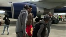 Steph Curry, Kevin Durant emerge from plane with trophies, Swaggy Champ emerges shirtless - ESPN